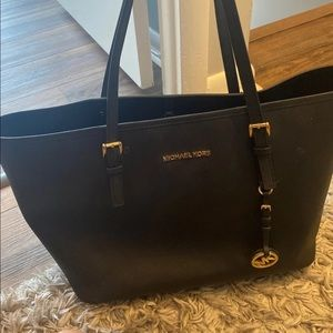 MICHEAL KORS AUTHENTIC BAG !! Like new !!